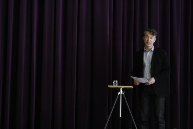 """Alla tvåor hade samling tisdagen 18.3. Vi fick lyssna på Heikki Rausmaa när han berättade om Estlands historia. Vi tvåor går den 26.3 på Sofi Oksanens pjäs """"Kun Kyyhkyset Katosivat"""" kl. 19:00 på Kansallisteateri och Heikki hjälpte oss få en bättre helhetsuppfattning av vad pjäsen skulle gå ut på."""