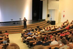 Samling i auditoriet. En ny skola!